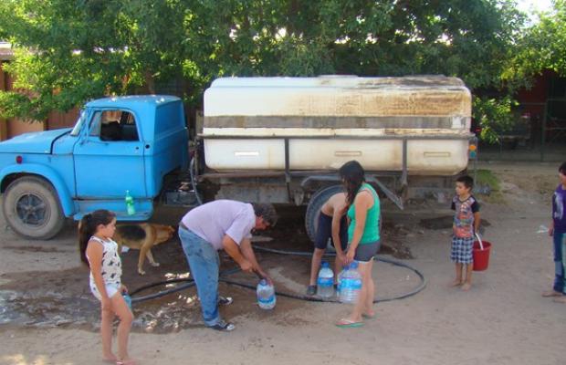 Por el faltante, distribuyen agua en camiones en Santa Rosa