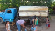 Distribuyen agua en camiones en Santa Rosa