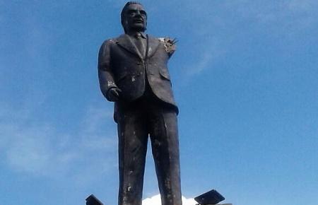 El monumento a Alfonsín, con un brazo menos