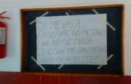 """Carteles contra el """"maltrato"""" de un docente de la EPET"""