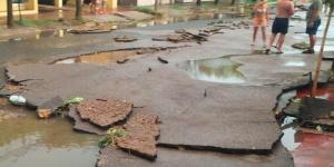 El asfalto destruido, tras la tormenta