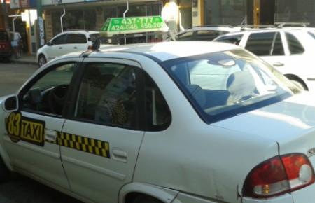 """Denuncian que hay """"entre 30 y 40 taxis truchos"""""""